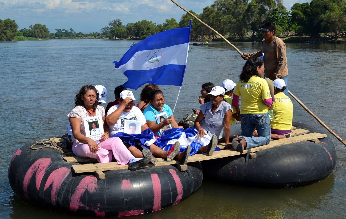 Una balsa con inmigrantes centroamericanos se acerca a la frontera con México, en el estado de Chiapas. AGENCIA REFORMA.