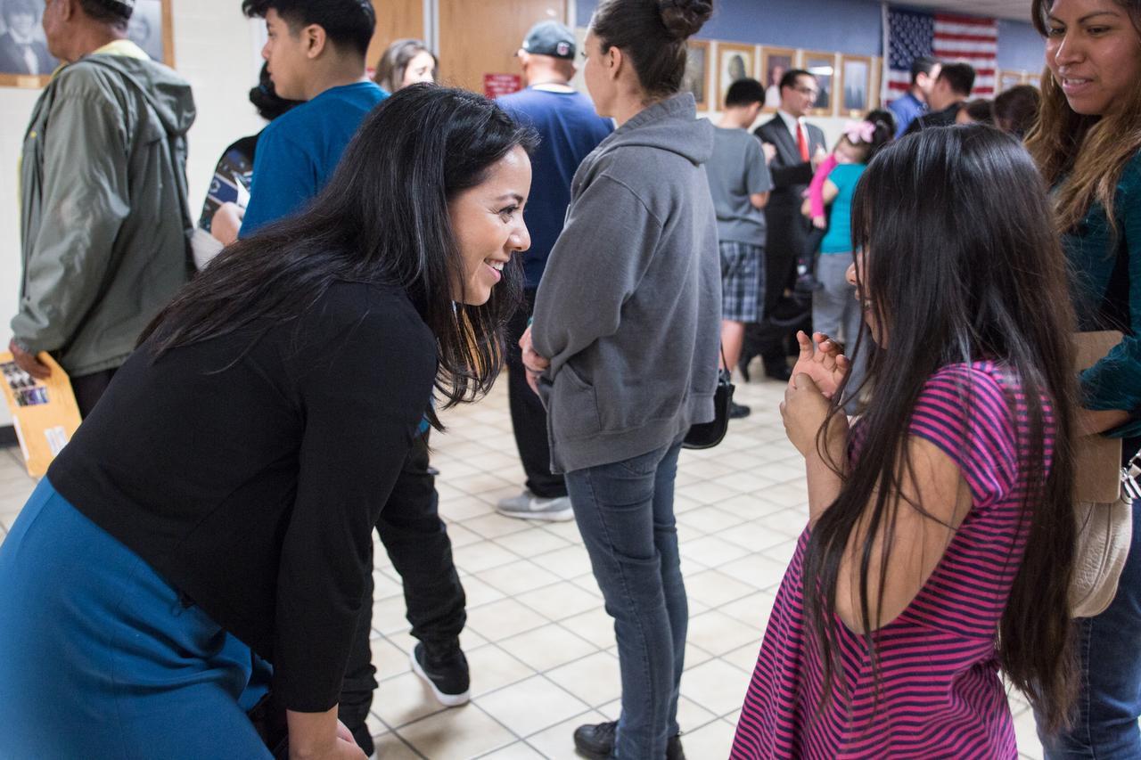 La representante estatal Victoria Neave conversa con una niña durante un foro migratorio en Garland. (Foto: María Olivas/Especial para Al DÍa)