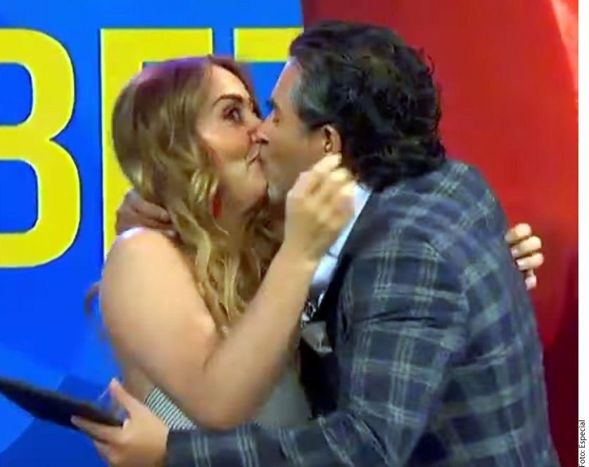 Andrea Legarreta (izq.) y Raúl Araiza (der.) solucionan sus problemas a besos./ AGENCIA REFORMA