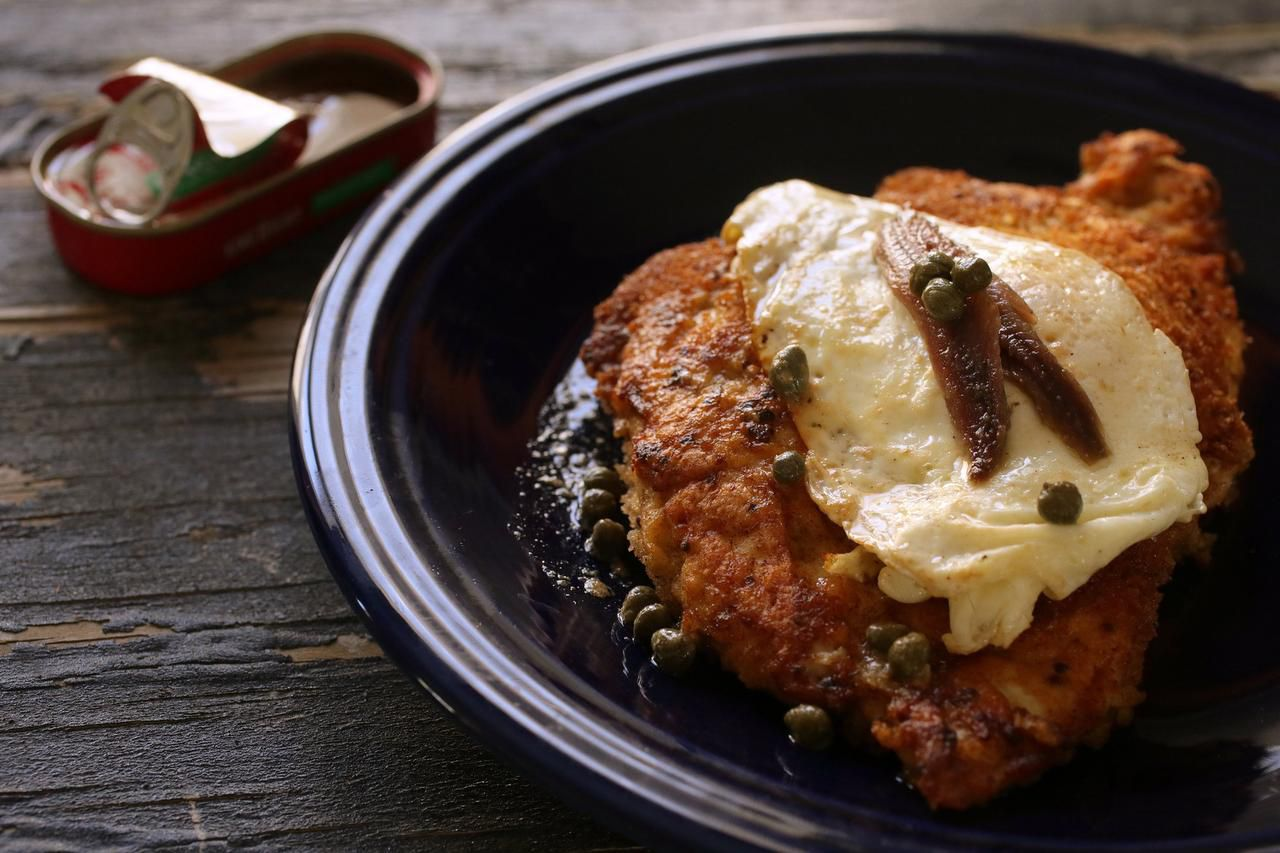 El schnitzel de pollo es una rica versión de la pechuga empanizada que te permite darle un sabor divertido a esta carne. (TNS/CRISTINA M. FLETES)