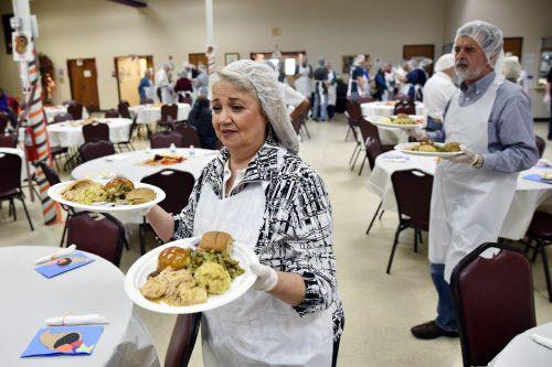 Martha Márquez y su esposo Federico entregan comidas de Thanksgiving en el Brady Center, en un evento organizado por diócesis católica y la iglesia católica St. Marks en Plano, el sábado pasado.