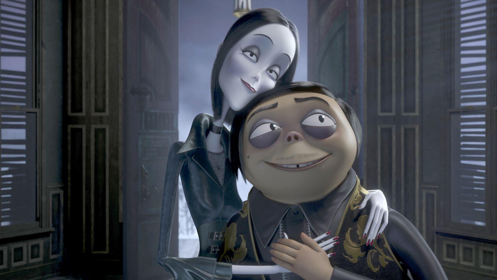 Charlize Theron pone la voz a Morticia Addams (izq.) y Oscar Isaac es la voz de   Gomez Addams.
