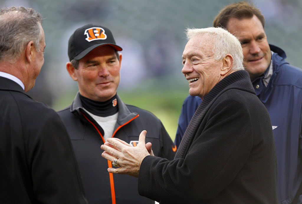 Former Cowboys defensive coordinator Mike Zimmer and current Cincinnati Bengals defensive coordinator Mike Zimmer, center, listens to a story by Dallas Cowboys owner Jerry Jones before their game at Paul Brown Stadium in Cincinnati, Sunday, December 9, 2012. (Tom Fox/The Dallas Morning News)