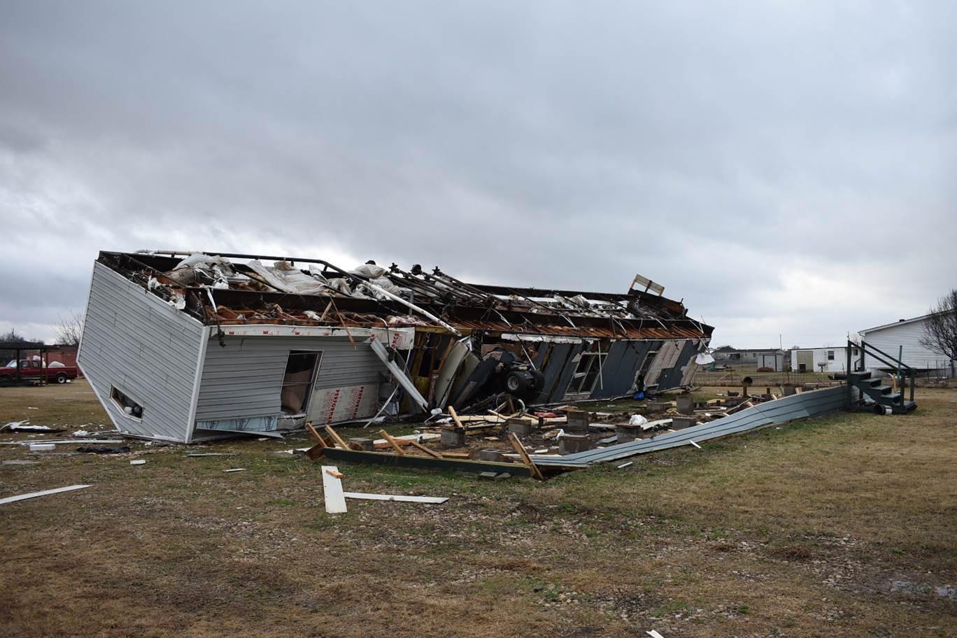 Una casa móvil fue destruida luego de un tornado golpeó en las afueras de Joshua, a 20 millas de Fort Worth. Dos tornados leves impactaron el Norte de Texas. (AP)