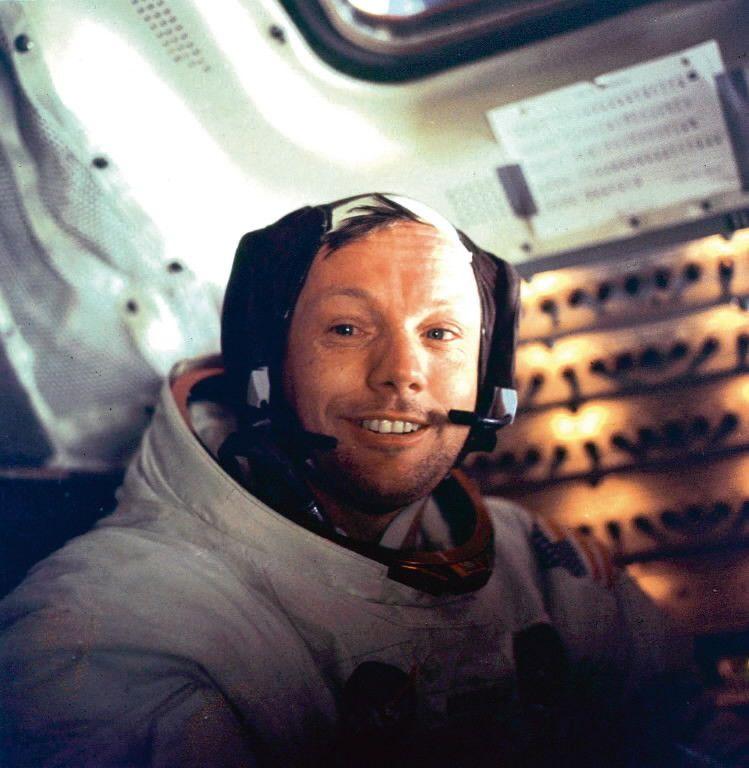 Neil Armstrong sonríe a bordo del módulo de comando de Apollo 11, luego de haber caminado por la luna en 1969.