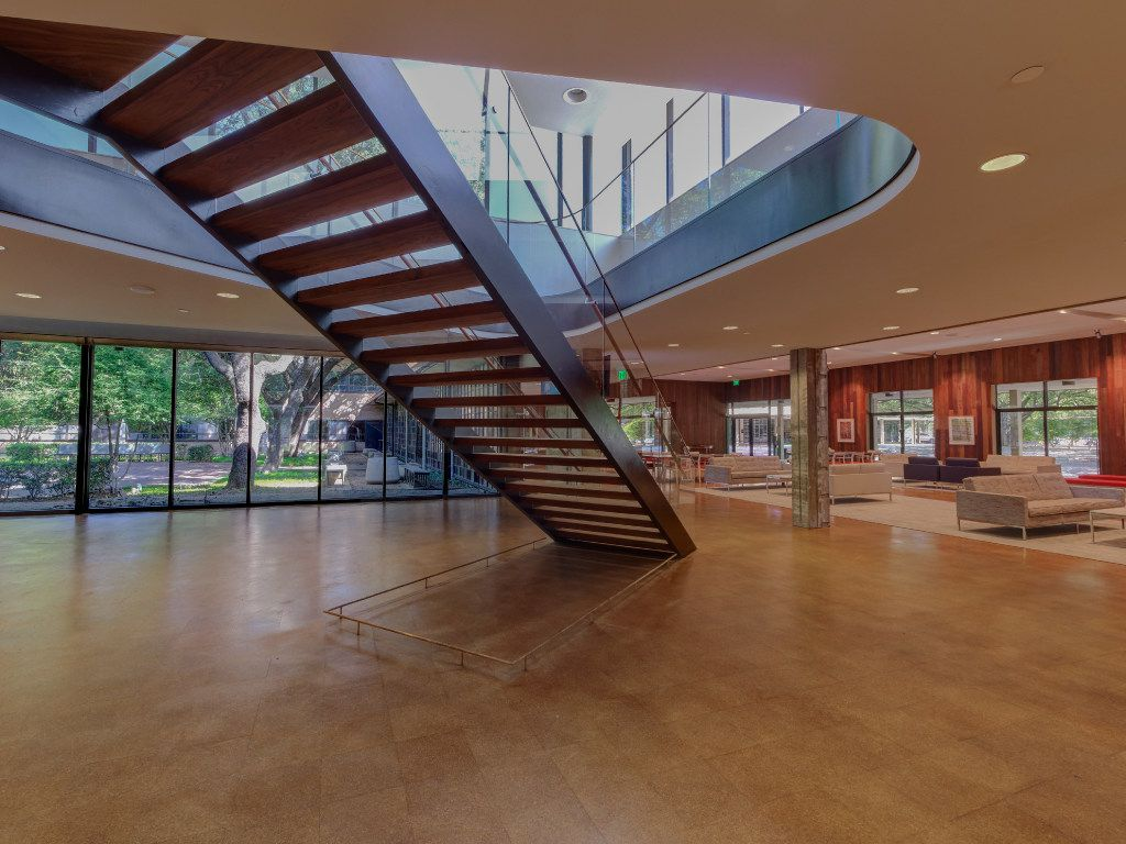 Lobby gathring space, Temple Emanu-El, Dallas. Gary Cunningham, architect. Photo by James F. Wilson, courtesy Cunningham Architects