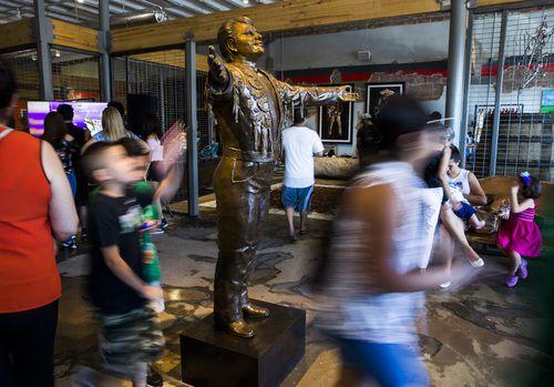 Una escultura de bronze del cantante mexicano Juan Gabriel, da la bienvenida a la galería-cafe Mercado 369 Foto: Ashley Landis/DMN