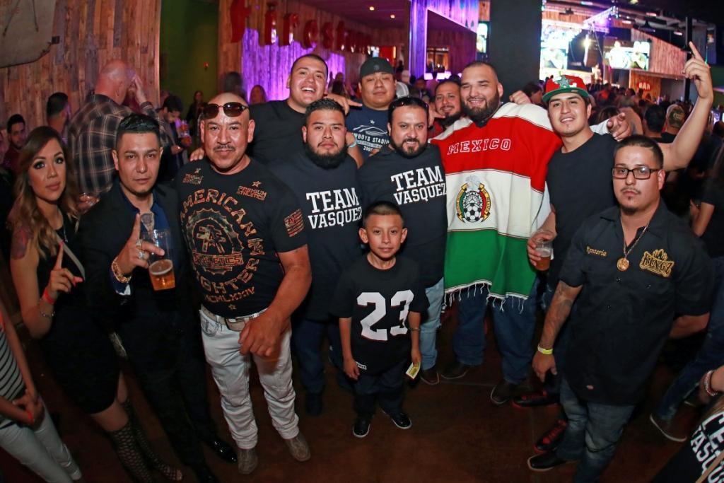 Latinos en evento de artes marciales mixtas el 27 de febrero en Dallas.