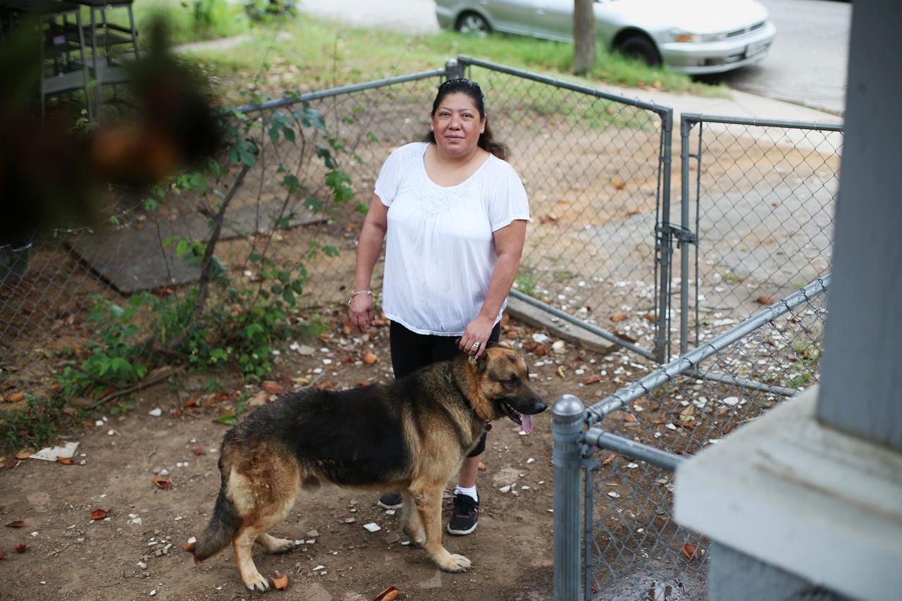 Julieta Vásquez dice que su perro, Tic-Tac, ayuda a vigilar la casa en un vecindario con problemas de delincuencia. Como ella, muchos vecinos prefieren tener a sus perros afuera como medida de precaución. (DMN/ANDY JACOBSOHN)