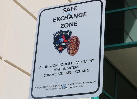 La policía de Arlington estableció un lugar para que la gente haga intercambios seguros.(CORTESÍA)