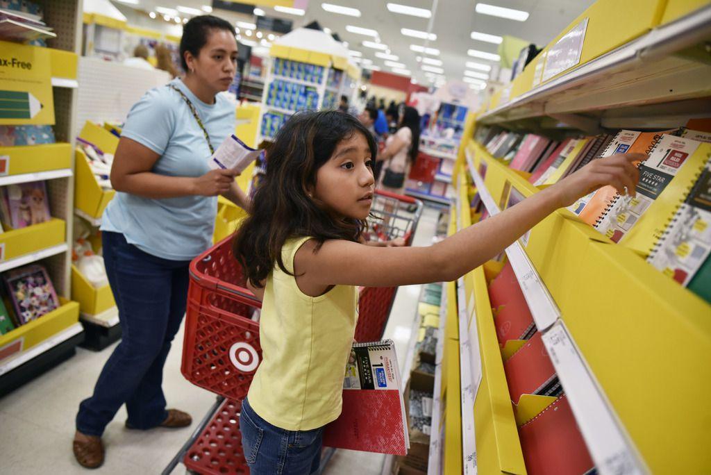 Brisa Adrián, de 9 años, busca cuadrenos junto a su madre Elisa, de 32, en un Target de Bachman Lake, durante el fin de semana sin impuestos.