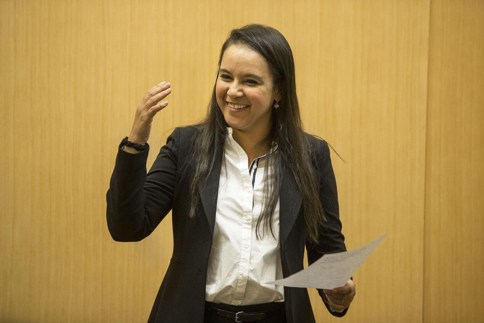 Mara Vaughn, directora del programa, se dirige a los estudiantes que completaron el curso de ciudadanía para hispanoparlantes, en diciembre 2018. CARLY GERACI/DMN