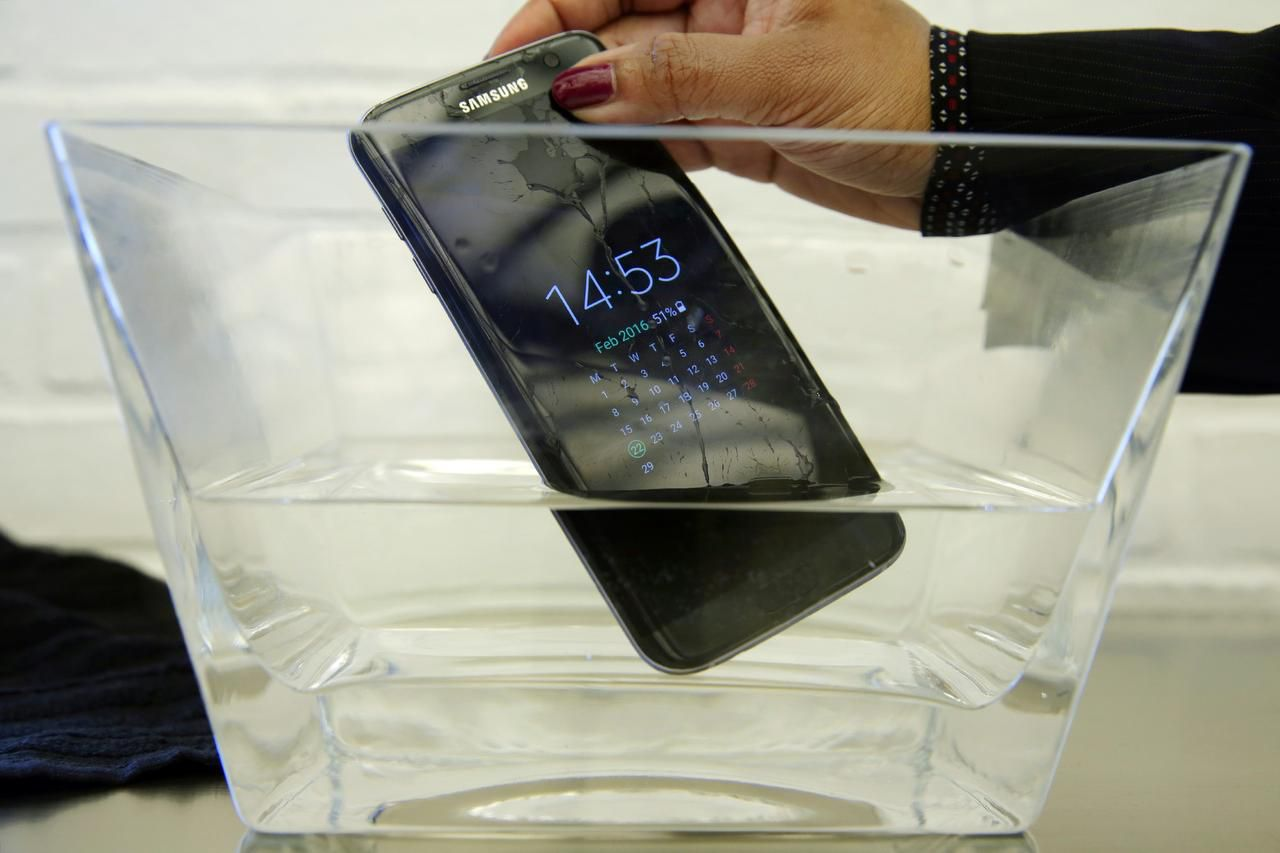 Una prueba de la revista Consumer Reports reveló que el Samsung Galaxy S7 Active falló tras ser sumergido en agua. (AP/RICHARD DREW)