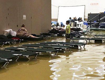 En esta foto provista por Beulah Johnson, unas personas dentro del Bowers Civic Center en Port Arthur, Texas, están rodeadas de aguas de inundación causadas por la tormenta tropical Harvey que llenó el lugar. Foto de BEULAH JOHNSON MEDIANTE AP