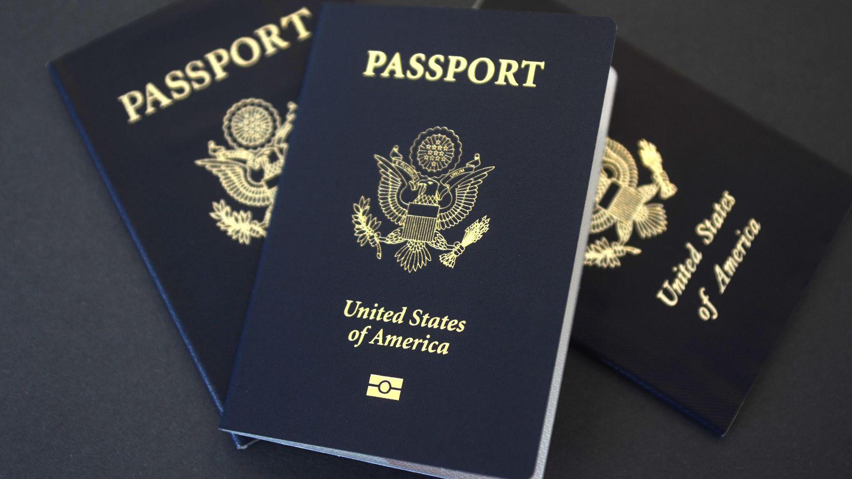 Estos pasaportes descansan en una mesa de Dallas. El Departamento de Justicia está en medio de un año récord para procesar solicitudes de pasaportes. Los pasaportes son necesarios para viajar a México, Canadá y el Caribe.I (AP/BENNY SNYDER)