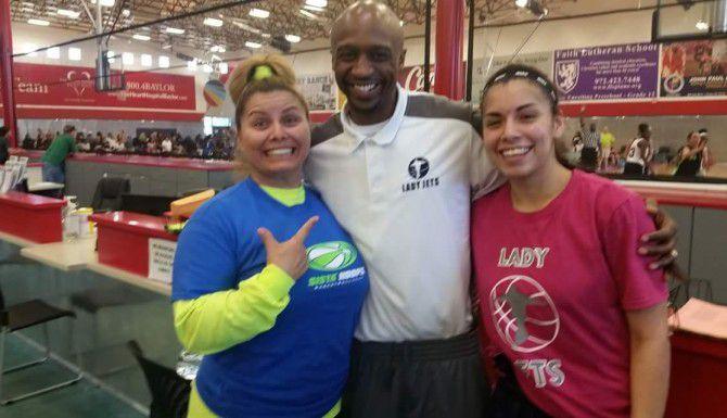 Junto a su mamá, Gina Jurado, y el NBA Jason Terry