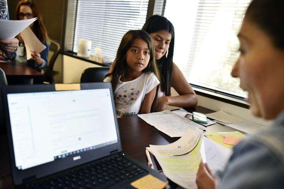 Skarlrth Betanco, de 7 años, junto a su madre Yesi, de Honduras, completaron su inscripción en el distrito escolar de Dallas.