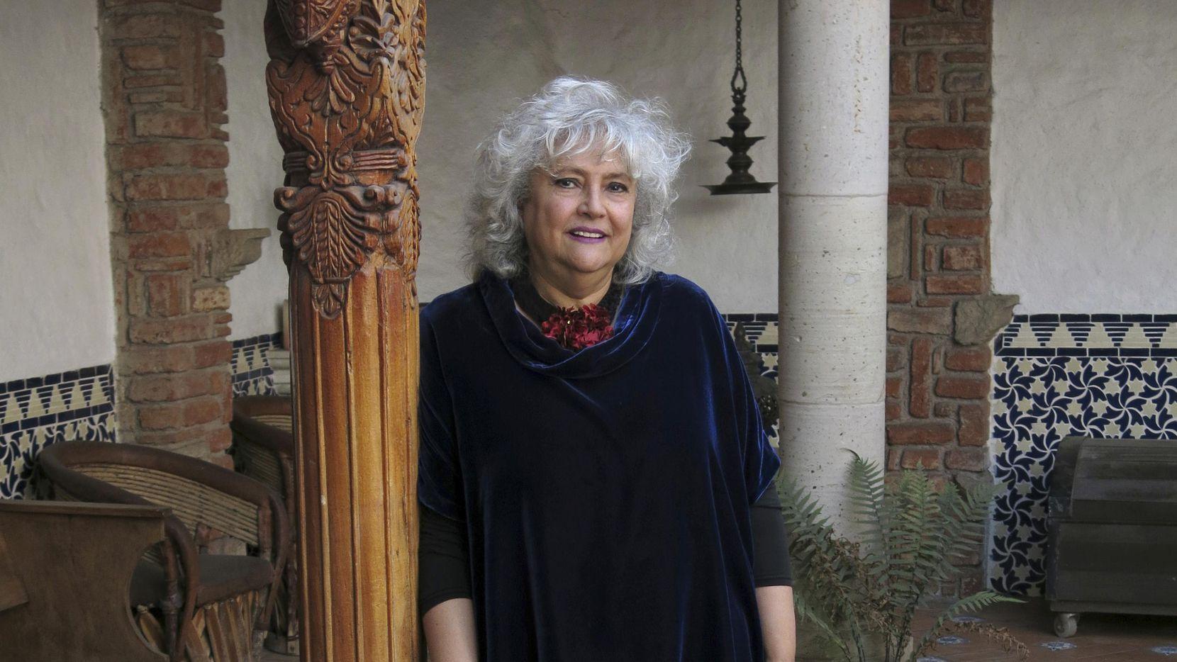 Laura Esquivel posa en el patio de su casa en Coyoacán, Ciudad de México el miércoles 17 de enero. (AP/Berenice Bautista)