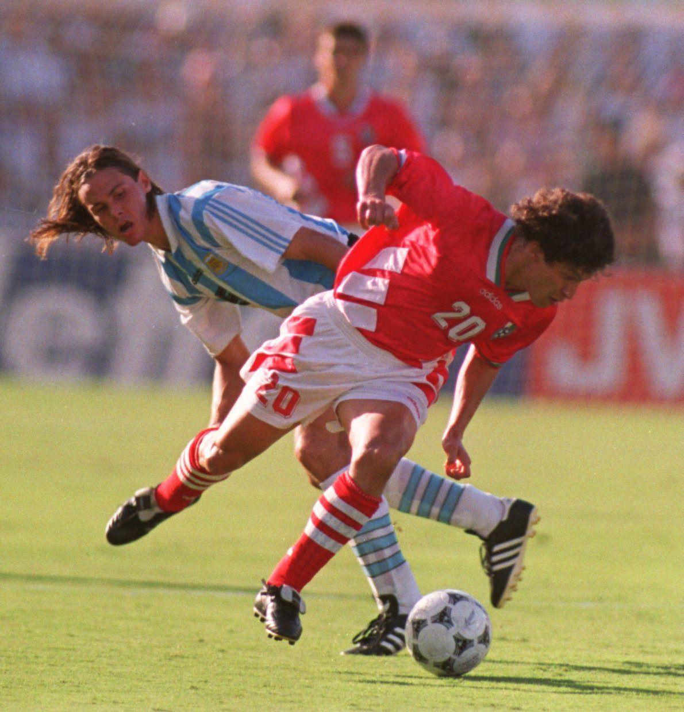 Fernando Redondo de Argentina y Krassmirr Balakov de Bulgaria el 29 de junio de 1994. GETTY IMAGES.