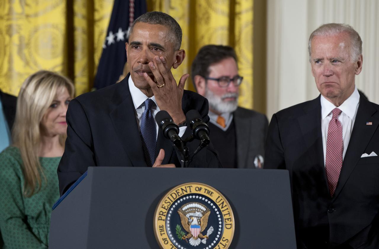 El presidente Barack Obama se seca las lágrimas mientras reflexiona sobre la violencia con las armas y anuncia las nuevas medidas para controlar su venta. (AP/CAROLYN KASTER)