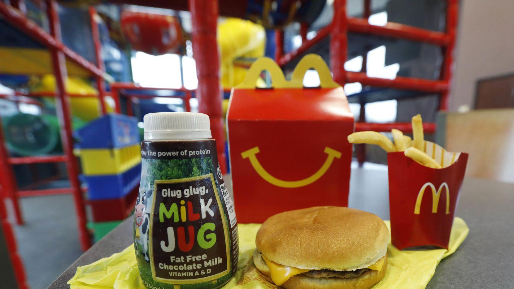 Las nuevas Happy Meals ya no tendrán una cheesburger. McDonald's busca disminuir el contenido calórico para no fomentar la obesidad infantil. (AP/ROGELIO SOLÍS)
