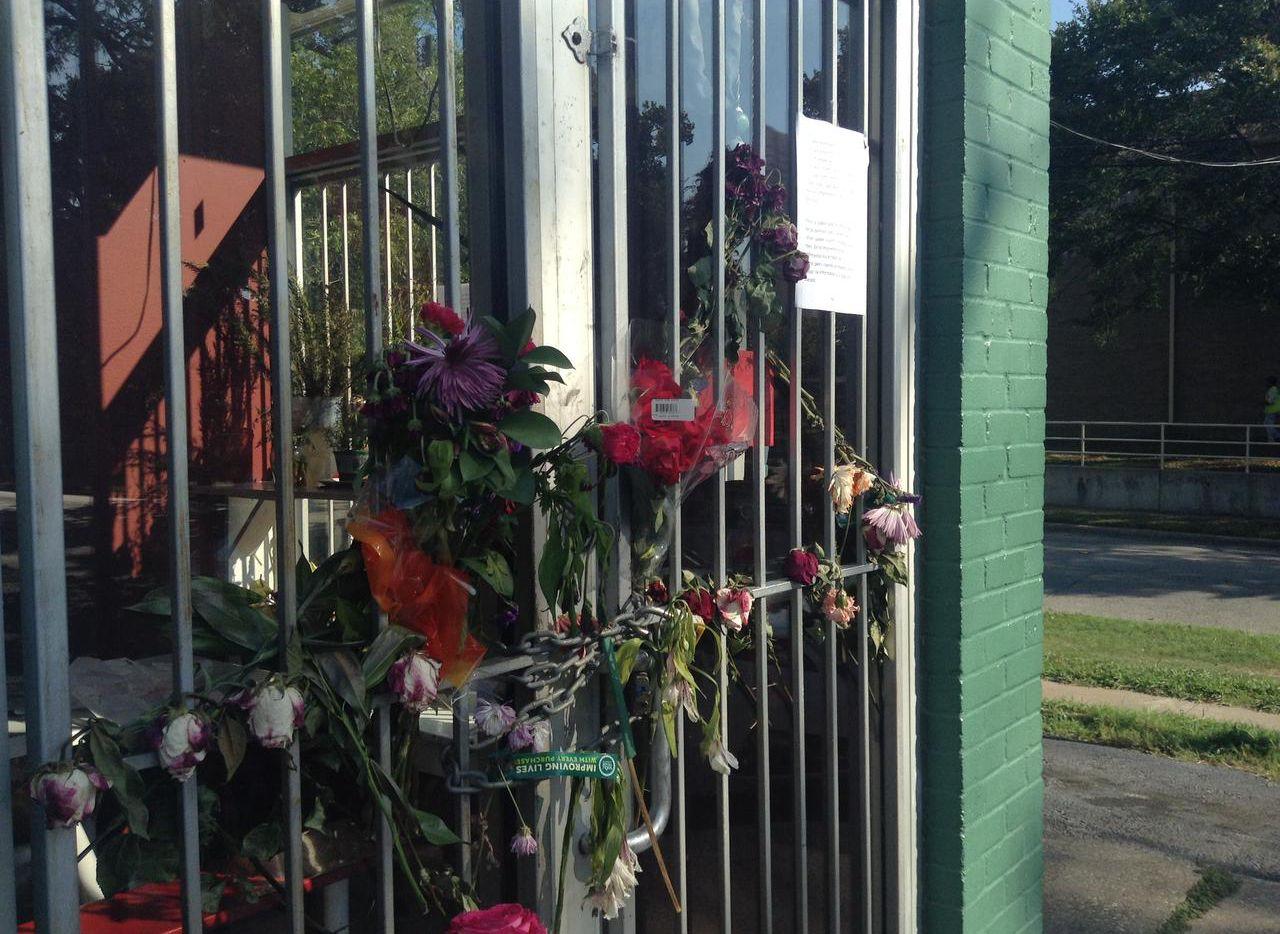 Un bouquet de flores está colgado en la Pupusería Victoria. Su dueña, Victoria Polanco falleció a raíz de un asalto. (AL DÍA/ELVIA LIMÓN)