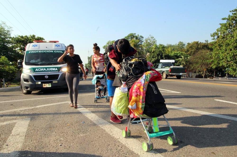 Una familia de centroamerica camina por una carretera en Chiapas, México.(AGENCIA REFORMA)