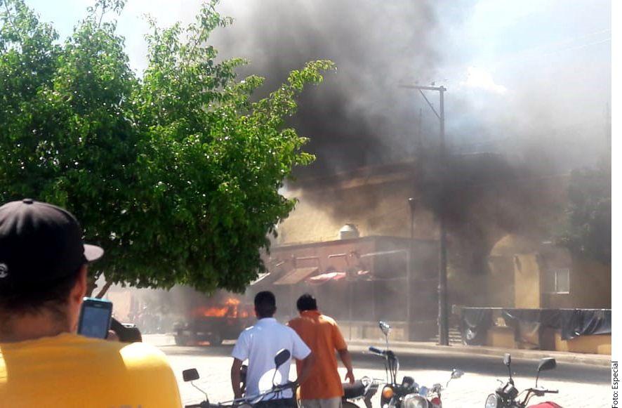 Luego de golpearlos y amarrarlos, pobladores rociaron gasolina a los dos sujetos y les prendieron fuego; FGE afirmó que no habían cometido ningún delito./ AGENCIA REFORMA