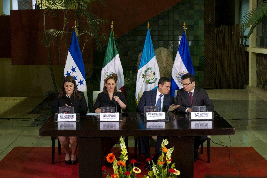 De izquierda a derecha, los ministros de Relaciones Exteriores, María Dolores Agüero, de Honduras, Claudia Ruiz Masseiu, de México, Carlos Raúl Morales, de Guatemala, y Hugo Martínez, de El Salvador, ofrecen una conferencia de prensa en Ciudad de Guatemala el lunes 21 de noviembre 2016. (AP)