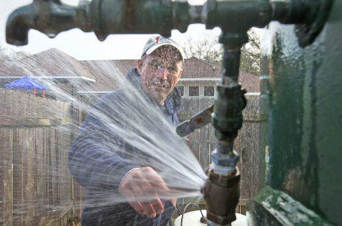 Un plomero repara una válvula congelada. (AP Photo)