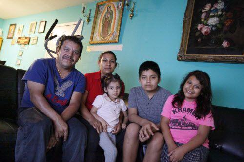 Rafael de la Parra dejó México a finales de los 90. Nancy Pérez emigró en el 2001. La pareja tiene tres hijos estadounidenses: (de izq. a derecha) Valeria, Agustín y Jasmine.