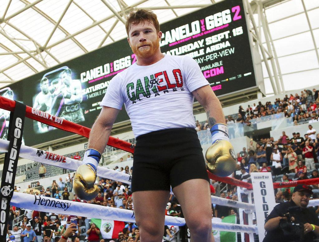 """El mexicano Saúl """"Canelo"""" Álvarez durante un entrenamiento público en agosto en el Banc of California Stadium de Los Ángeles. (AP/Reed Saxon)"""