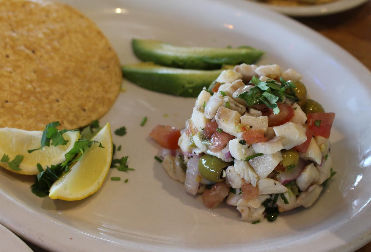 Este ceviche de tilapa de Seafood Shack se hace con aceitunas (ESPECIAL PARA AL DÍA/ALEX HERNÁNDEZ)