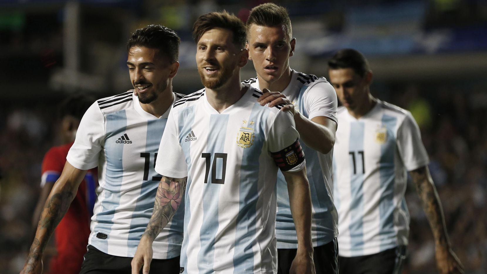 (De izq. a der.) Manuel Lanzini, Lionel Messi, Giovanni Lo Celso y Ángel Di María forman parte de la selección argentina, una de las de menor promedio de estatura en el Mundial, con 5-8 pies. (AP/Natacha Pisarenko)