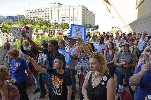 Decenas de personas  se reunieron en la alcaldia para protestar en contra de la separación de familias en la frontera. BEN TORRES/DMN