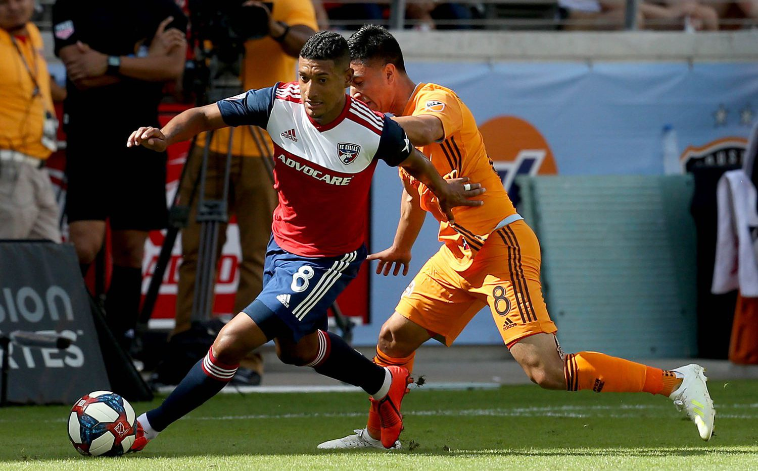 Bryan Acosta of FC Dallas dribbles past Memo Rodríguez of the Houston Dynamo (5-4-19) in a battle of two 8s.