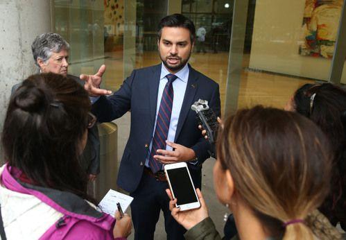 Andre Segura, director legal de la ACLU habla con miembros de la prensa fuera de la sede de Greyhound en 350 N. Saint Paul St. en Dallas el viernes 19 de octubre de 2018. Foto: Daniel Carde / DMN