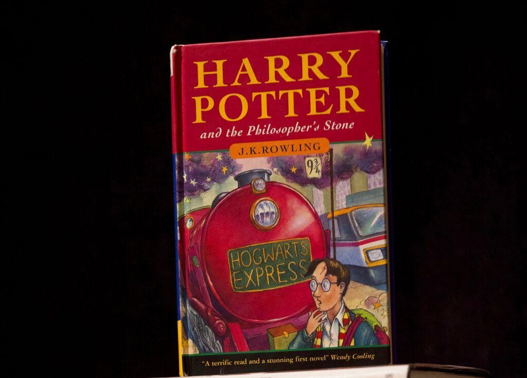 """ARCHIVO - Esta fotografía de archivo del 20 de mayo de 2013 muestra una copia de la primera edición del primer libro de la serie de Harry Potter, titulado """"Harry Potter y la piedra filosofal"""", en la casa de subastas Sotheby's en Londres. (AP Foto/Matt Dunham, archivo)"""