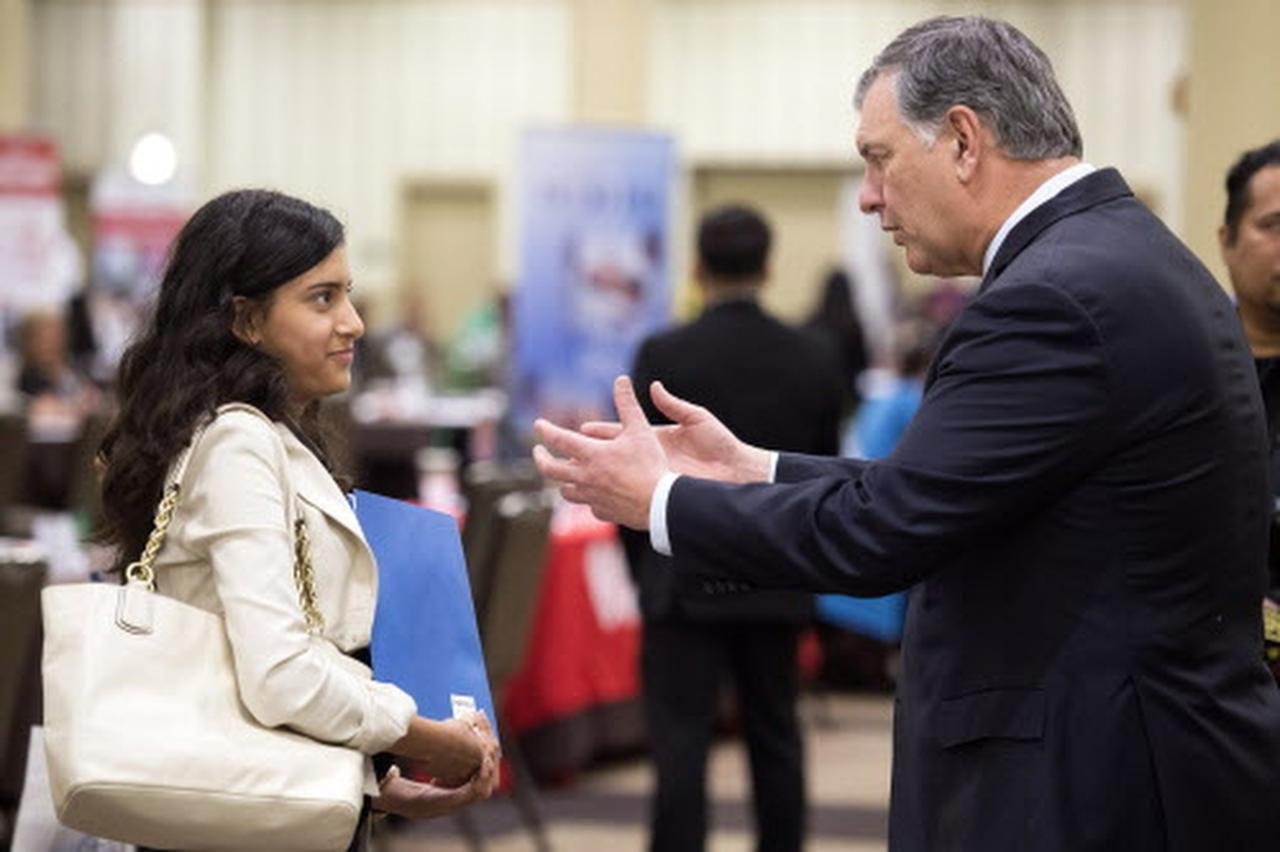 El alcalde Mike Rawlings platica con Jennifer Barrios, estudiante de Uplift Heights, que participó en el programa el año pasado. (ARCHIVO/DMN)