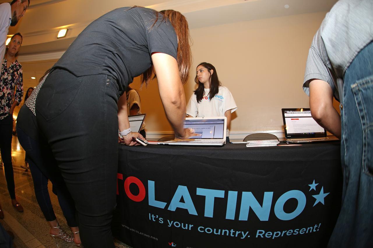 Voto Latino registró votantes antes del concierto de Maná, el domingo en el American Airlines Center. (ESPECIAL PARA AL DÍA DÍA/OMAR VEGA