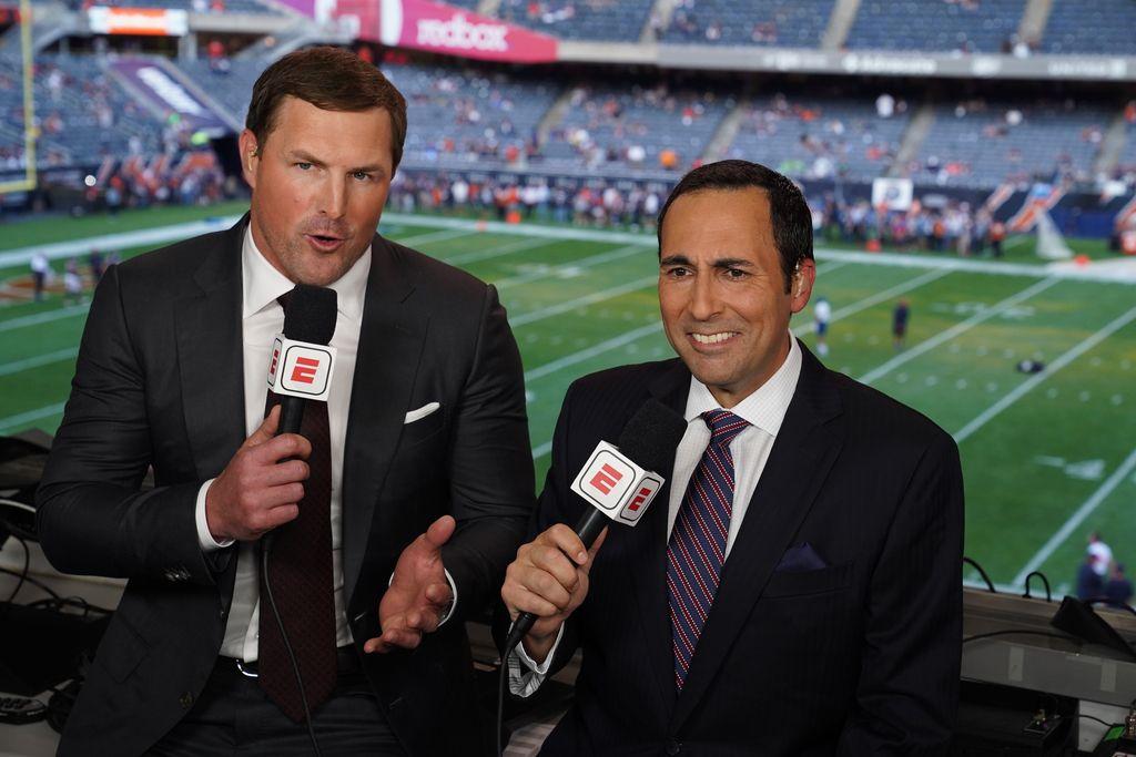 Jason Witten junto a Joe Tessitore en una transmisión por ESPN. El jugador de los Dallas Cowboys recibía textos de ánimo al final de su trabajo. (Photo by Joe Faraoni / ESPN Images)