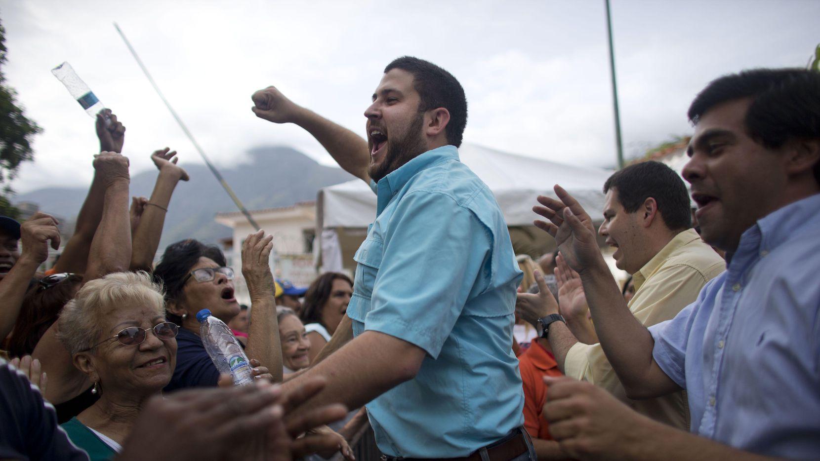 David Smolansky, alcalde del distrito de El Hatillo, en el centro, en una manifestación en Caracas, Venezuela. (AP/ARIANA CUBILLOS)