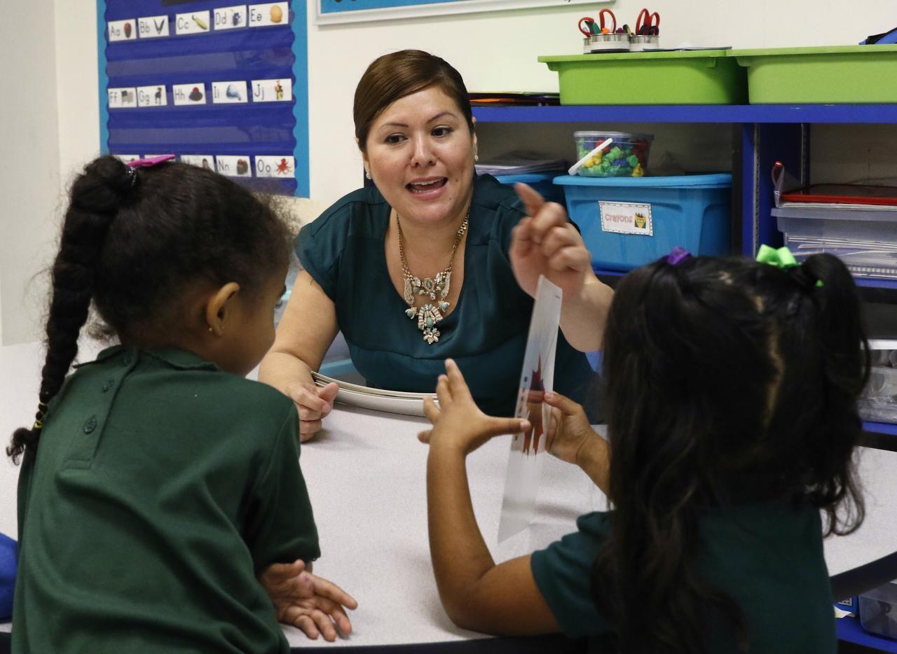 La maestra bilingüe Mireya Hernández enseña vocabulario n inglés y español a Felicia Hopson y Orianna Hernández, ambas de 5 años en la primaria James S. Hogg, que lanzó su programa de lenguaje dual bilateral este año escolar. (ARCHIVO DMN/DAVID WOO)