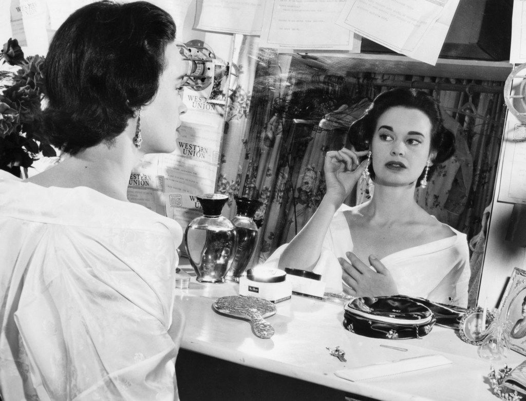 In this file photo taken on August 23, 1954 shows US actress and fashion designer Gloria Vanderbilt. - Gloria Vanderbilt has died at age 95, according to  CNN on June 17, 2019, her son is CNN news anchor Anderson Cooper.