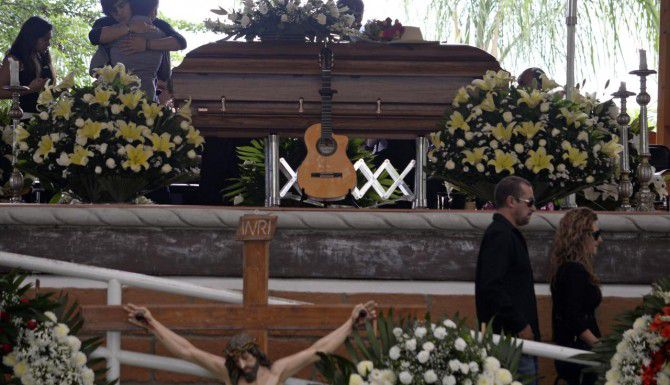 """Cientos de personas acudieron la noche el martes a rendir tributo y despedirse del cantautor Joan Sebastian en Teacalco, Guerrero. """"El Poeta del Pueblo"""" falleció a los 64 años. (AP/TONY RIVERA)"""