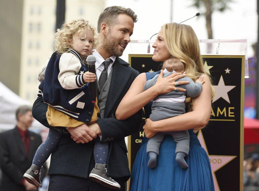 Ryan Reynolds posa con su esposa Blake Lively durante la ceremonia de develación de su estrella en el Paseo de la Fama de Hollywood./ AGENCIA REFORMA