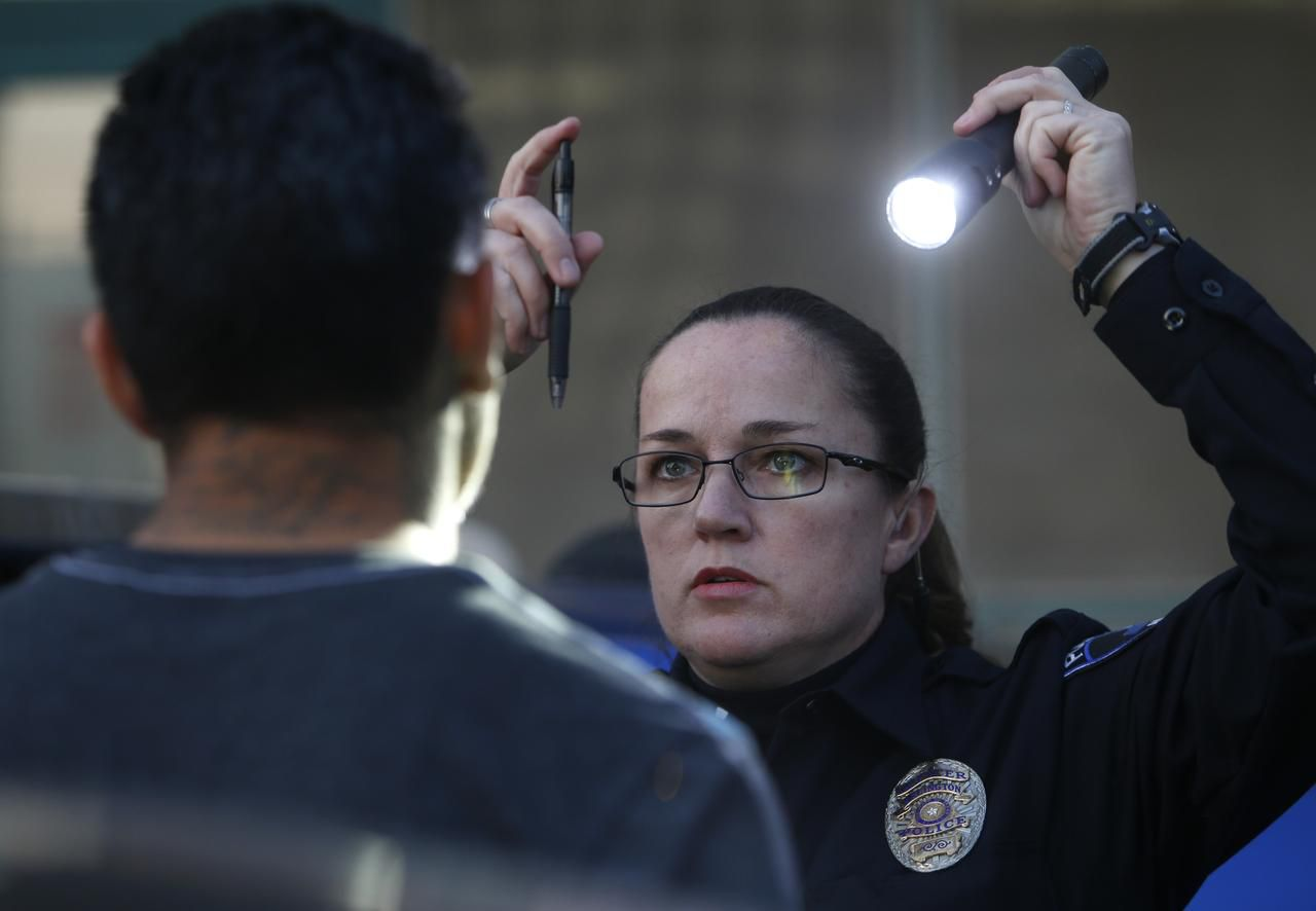 Stacie Brown, oficial de la policía de Arlington, encargada de fichar a conductores ebrios (DWI) realiza una prueba de sobriedad a un sospechoso ROSE BACA/DMN
