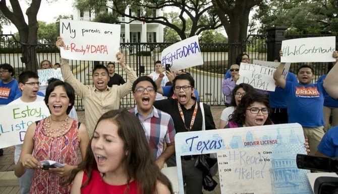 Manifestantes en Austin expresan su apoyo a un programa que daría permisos de trabajo a indocumentados, pero que fue bloqueado por las cortes. (AP/JAY JANNER)