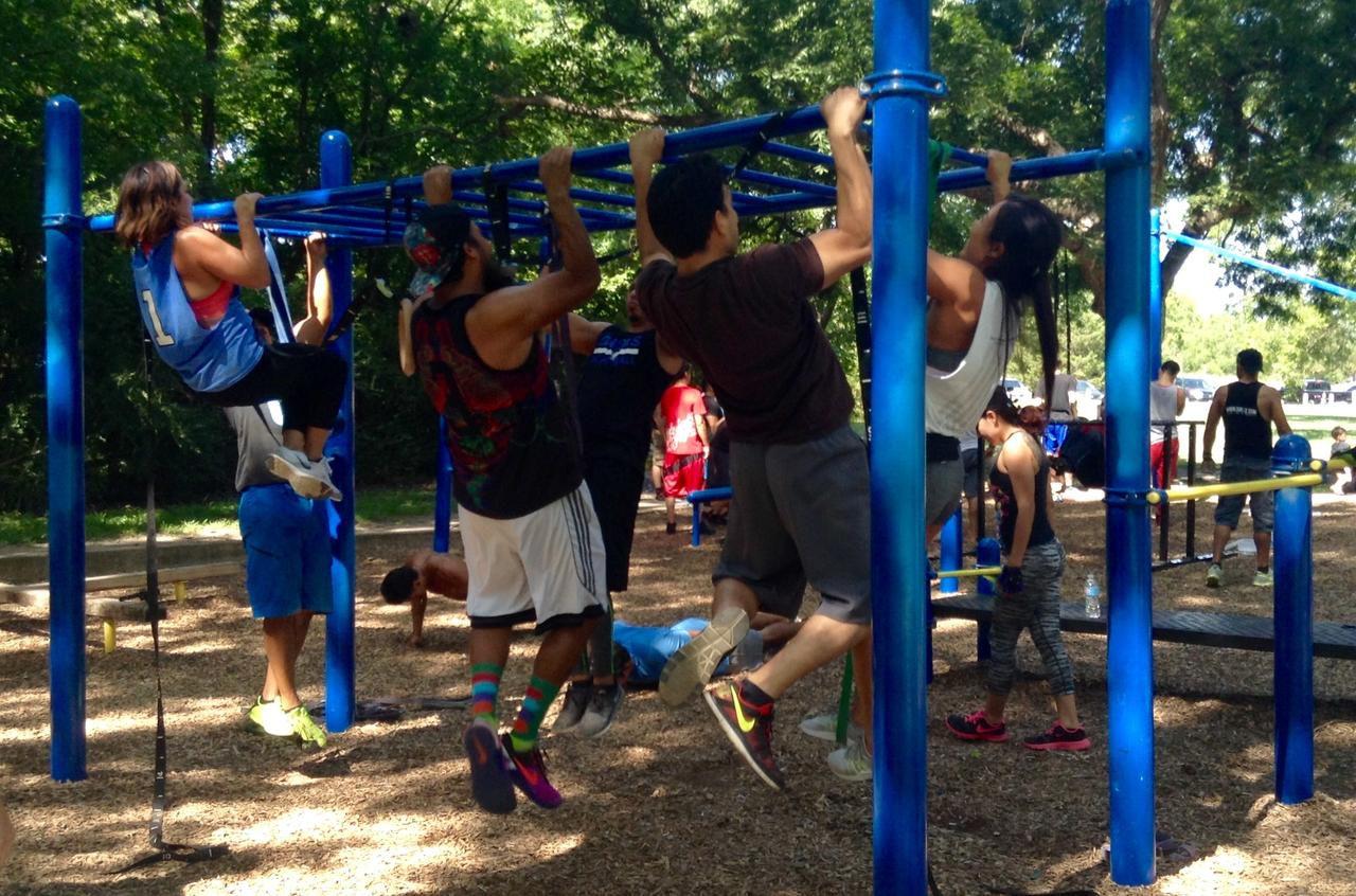 Un grupo de personas realiza ejercicios en barras en el White Rock Lake. Se trata de un grupo que se reúne los domingos para hacer calistenia. (ELVIA LIMÓN/DMN)