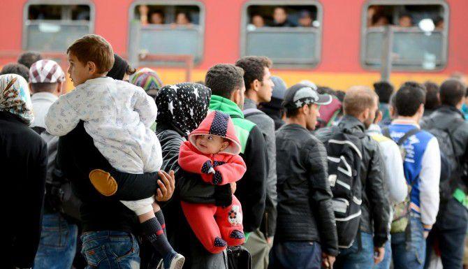 Cientos de refugiados hacen fila para abordar un tren de Macedonia al centro de Europa. (AP/BORCE POPOVSKI)